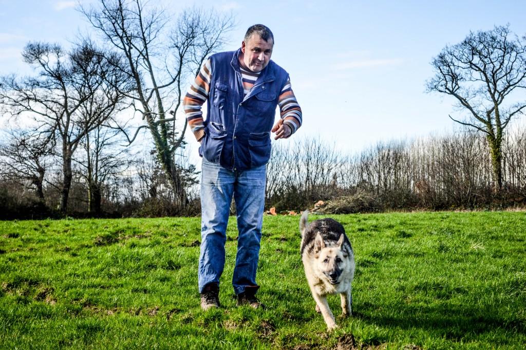 Jean-François, agriculteur avec son chien, Diane.